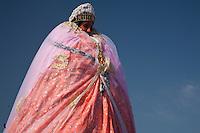 Francia, Camargue, Saintes Maries de la mer: la festa gitana in onore di Santa Sara la Nera, che si tiene ogni anno il 24 e 25 maggio. Il rituale prevede il trasporto della statua della santa dal mare alla terraferma e poi festeggiamenti con canti e balli. Nell'immagine: primo piano della statua della santa vestita ed addobbata mentre viene trasportata durante la processione.<br /> Feast of the Gypsies, May 25 veneration of Saint Sarah the black Saintes Maries de la Mer, Camargue,