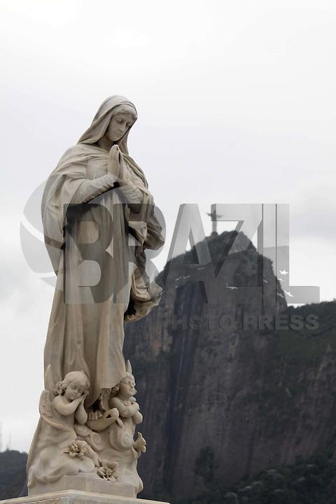 RIO DE  JANEIRO, RJ, 01, DE  NOVEMBRO DE 2011 -  Movimentação que  antecede o dia  de  finados,  no Cemitério São  João  batista  considerado a  maior  necrópole. Foto: Guto Maia/ News Free