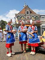 Nederland Edam 2015 07 22 .  Kaasmeisjes op de Kaasmarkt in Edam .