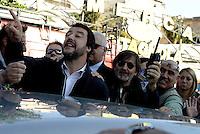 Roma, 4 Maggio 2016<br /> Matteo Salvini saluta e manda baci ai contestatori.<br /> Decine di antirazzisti del Municipio VIII di Roma impediscono a Matteo Salvini di visitare il Mercato del quartiere Montagnola.<br /> Rome, May 4, 2016<br /> Dozens of anti-racists of the Municipality VIII of Rome prevent Matteo Salvini visit the Montagnola district market.