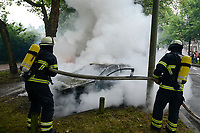 GERMANY, Hamburg Altona, riots during G 20 summit, burning cars / DEUTSCHLAND, Hamburg, Altona, Ausschreitungen waehrend des G20 Gipfel in Hamburg, Feuerwehr loescht brennende Autos