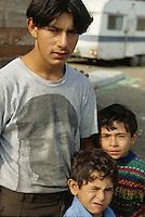 ITALIA Torino  Campo nomadi Rom  (Campo dell'Arrivore, 2001) Giovane e due bambini