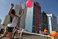 SAO PAULO, SP, 01 DE JULHO DE 2012 - VIRADA ESPORTIVA SP - Publico participa de aulas de Tênis no Elevado Costa e Silva (Minhocão) na manhã deste domingo (01), durante Virada Esportiva 2012, que acontece este final de semana em São Paulo. FOTO: LEVI BIANCO - BRAZIL PHOTO PRESS