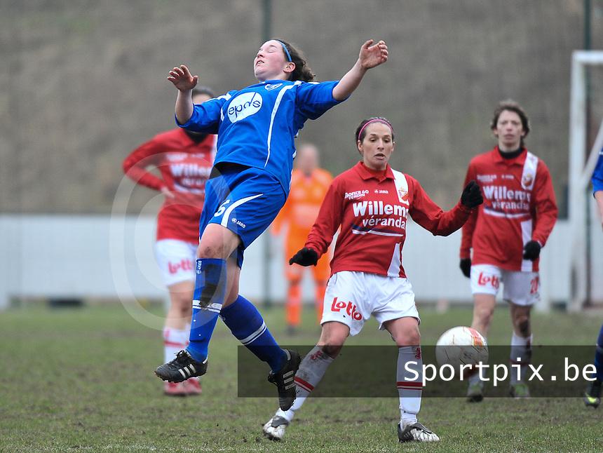 AA Gent Ladies - RAEC Mons : luchtduel voor Florien Meulewater voor Yasmina Benabid.foto Joke Vuylsteke / Vrouwenteam.be
