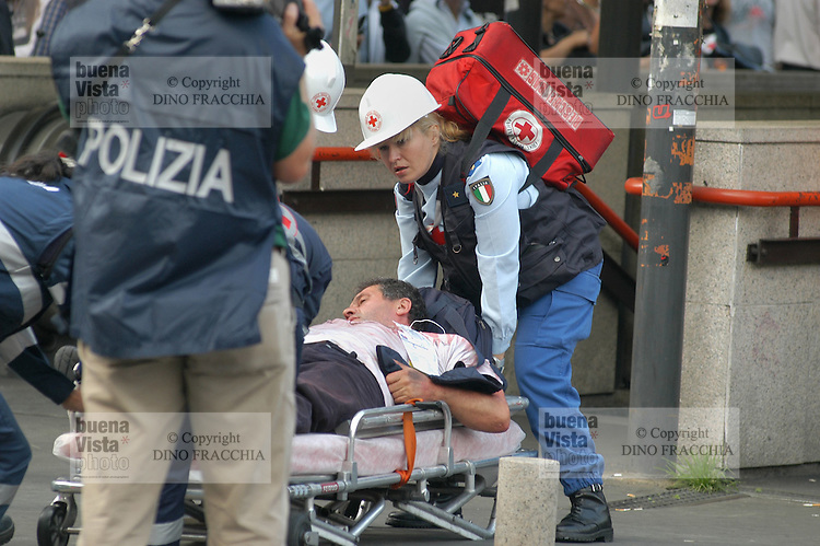 - exercise of terroristic attack, evacuation of the wounded......- esercitazione antiterrorismo, evacuazione dei feriti