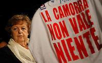 """NAPOLI IL MINISTRO ANNAMARIA CANCELLIERI PARTECIPA ALLA GIORNATA DELLA MEMORIA E DELL'IMPEGNO CONTRO LE MAFIE  NELLA FOTO IL MINISTRO E LA MAGLIA  CON LA SCRITTA """" LA CAMORRA NON VALE NIENTE""""CHE GLI E' STATA DONATA .FOTO CIRO DE LUCA"""
