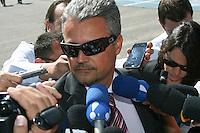 ATENÇÃO EDITOR: FOTO EMBARGADA PARA VEÍCULOS INTERNACIONAIS. - SÃO PAULO - SP -  18 DE FEVEREIRO 2013. JULGAMENTO GIL RUGAI - advogado de Gil Rugai - Dr Ubiratan fala com a imprensa em frente ao Fórum Criminal da Barra Funda, em São Paulo, nesta segunda-feira (18). Rugai, acusado de matar o pai, Luiz Carlos Rugai, e a madrasta, Alessandra de Fátima Troitino, deve ir a júri popular. FOTO: MAURICIO CAMARGO / BRAZIL PHOTO PRESS.
