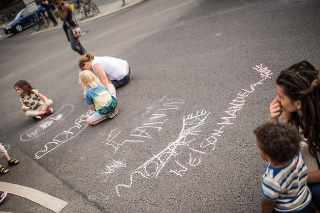 Kundgebung und Feier in Berlin-Mitte anlaesslich des Internationalen Tages zur Erinnerung an den Versklavungshandel und an seine Abschaffung.<br /> Mit der Kundgebung und Feier sollten an die noch immer ausstehende Umbenennung der kolonialistischen Mohrenstrasse erinnert werden. Zugleich fand die Feier am 225. Jahrestag der Schwarzen Revolution von Haiti am 23.8.1791 statt.<br /> Im Bild: Kinder haben mit Kreide &quot;Nelson-Mandela-Strasse&quot; auf den Asphalt gemalt.<br /> 23.8.2016, Berlin<br /> Copyright: Christian-Ditsch.de<br /> [Inhaltsveraendernde Manipulation des Fotos nur nach ausdruecklicher Genehmigung des Fotografen. Vereinbarungen ueber Abtretung von Persoenlichkeitsrechten/Model Release der abgebildeten Person/Personen liegen nicht vor. NO MODEL RELEASE! Nur fuer Redaktionelle Zwecke. Don't publish without copyright Christian-Ditsch.de, Veroeffentlichung nur mit Fotografennennung, sowie gegen Honorar, MwSt. und Beleg. Konto: I N G - D i B a, IBAN DE58500105175400192269, BIC INGDDEFFXXX, Kontakt: post@christian-ditsch.de<br /> Bei der Bearbeitung der Dateiinformationen darf die Urheberkennzeichnung in den EXIF- und  IPTC-Daten nicht entfernt werden, diese sind in digitalen Medien nach &sect;95c UrhG rechtlich geschuetzt. Der Urhebervermerk wird gemaess &sect;13 UrhG verlangt.]