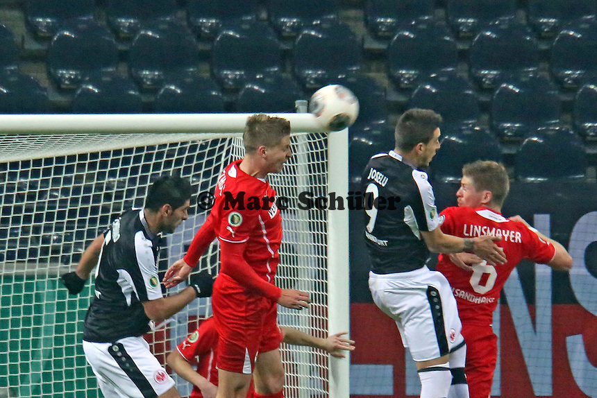 Daniel Schulz (SVS) klärt gegen Joselz (Eintracht) - Eintracht Frankfurt vs. SV Sandhausen, DFB-Pokal, Commerzbank Arena