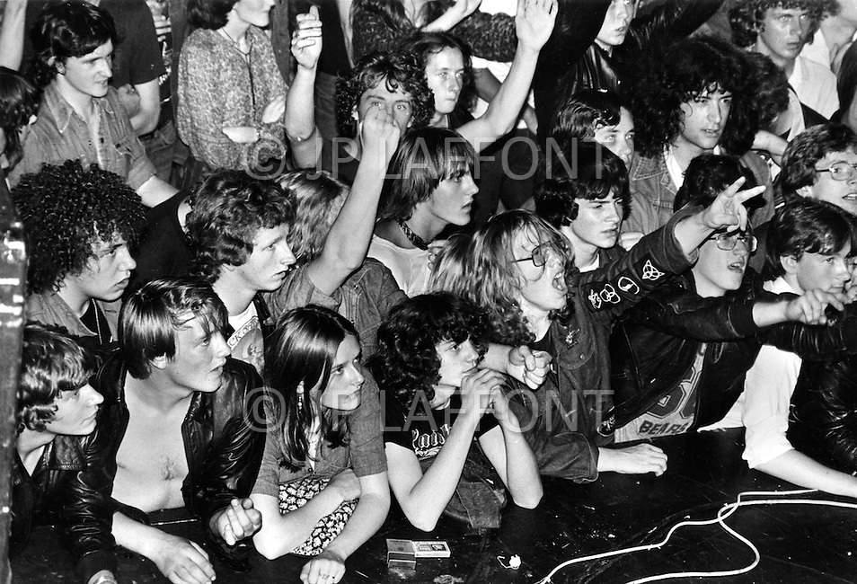 "England. August, 1981. Land Without a Hope. ""Metal-heads"" or ""Black Jackets"" at a rock concert in the ""Mayfair"", a Newcastle night-club. A catastrophic economic situation with three million unemployed, probably four million next year, Great Britain is bowed beneath the weight of the crisis. Factories and even whole cities no longer exist on the conomic map. The young poeple, who are the chief victims of this situation, are sinking into a state of despair. Gangs are multiplying, and in the streets, in night-clubs, it is the reign of the brutal metalheads, the provocative punks, the violent skinheads...and the silly sweetness of the ""romantics""."