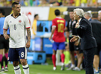 HOUSTON - UNITED STATES, 11-06-2016: Jose Pekerman técnico de Colombia (COL) da instrucciones a Edwin Cardona durante el encuentro del grupo A ,fecha 3, con Costa Rica (CRC) por la Copa América Centenario USA 2016 jugado en el estadio Rose Bowl en Pasadena, California, USA. /  Jose Pekerman coach of Colombia (COL) gives directions to Edwin Cardona during a match of the group A against Costa Rica (CRC)  for the date 3 of the Copa América Centenario USA 2016 played at NRG stadium in Houston, Texas ,USA. Photo: VizzorImage/ Luis Alvarez /Str