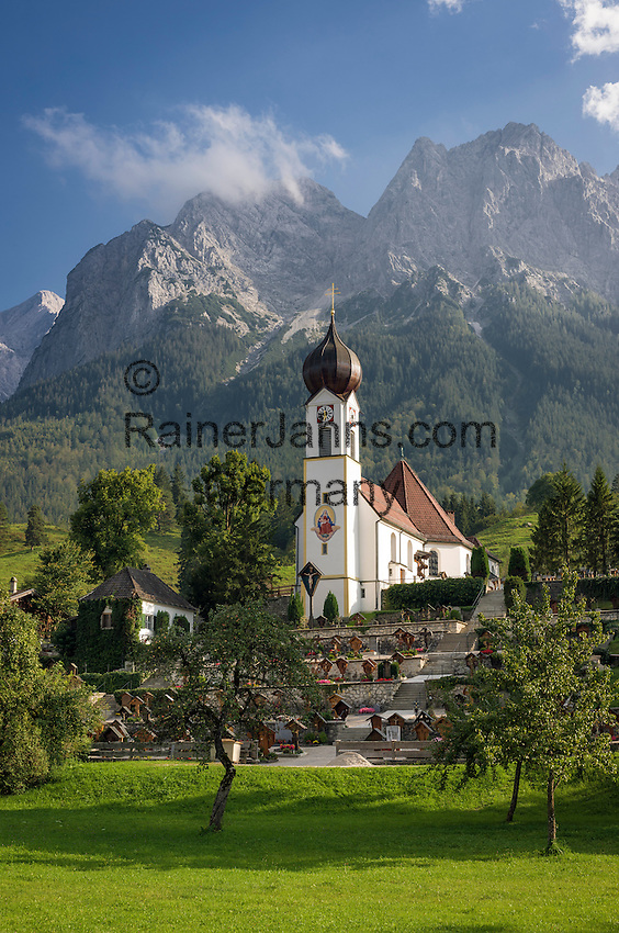 Germany, Bavaria, Upper Bavaria, Werdenfelser Land, Grainau: resort with parish church St. John the Baptist and Wetterstein mountains | Deutschland, Bayern, Oberbayern, Werdenfelser Land, Grainau: Urlaubsort vor dem Wettersteingebirge mit der Pfarrkirche St. Johannes der Taeufer in Obergrainau