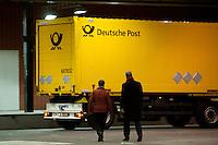 Berlin, SPD-Schatzmeisterin Barbara Hendricks und der SPD-Landesvorsitzende von Berlin, Jan St&ouml;&szlig;, gehen in der Nacht zum Samstag (14.12.13) in der Station Berlin bei der Lieferung der Abstimmungsunterlagen der SPD Mitglieder zum Mitgliederentscheid &uuml;ber die Gro&szlig;e Koalition vor einem Postauto.<br /> Foto: Steffi Loos/CommonLens