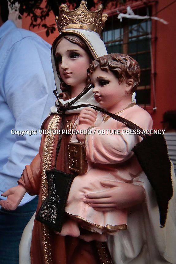 Quer&eacute;taro, Qro. 16 julio 2015.- Aspectos generales de las festividades de &quot;Nuestra Se&ntilde;ora del Carmen&quot; . Cientos de feligreses acuden al templo del Carmen para dar gracias y hacer peticiones a la virgen.  Las festividades terminan el d&iacute;a de hoy con la misa celebrada por el Obispo Faustino Armendaris, asi como con el tradicional encendido del castillo de juegos pirot&eacute;cnicos.<br /> Foto: Victor Pichardo / Obture Press Agency