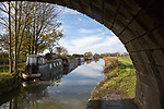 Narrowboats at Ladies bridge, Kennet and Avon canal, Wilcot, near Woodborough, Wiltshire, England, UK
