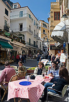 ITA, Italien, Kampanien, Sorrentinische Halbinsel, Amalfikueste, Amalfi: Cafes und Geschaefte in der Via Lorenzo di Amalfi | ITA, Italy, Campania, Sorrento Peninsula, Amalfi Coast, Amalfi: Cafes and shops at Via Lorenzo di Amalfi