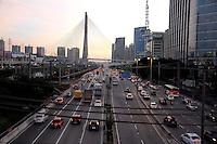 SAO PAULO, SP, 09.06.2014 - TRANSITO CAPITAL PAULISTA - Trânsito flui bem na Marginal Pinheiros, na altura da Ponte Caio Pompeu de Toledo, no Morumbi, na zona sul de São Paulo, no sentido centro da cidade, na manhã desta segunda-feira (09). O rodízio de veículos foi suspenso devido à greve dos metroviários. (Foto: Kevin David / Brazil Photo Press).