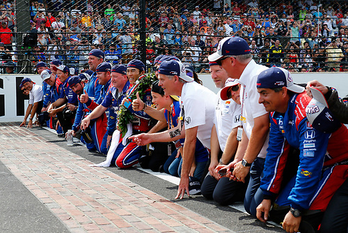 Verizon IndyCar Series<br /> Indianapolis 500 Race<br /> Indianapolis Motor Speedway, Indianapolis, IN USA<br /> Sunday 28 May 2017<br /> Takuma Sato, Andretti Autosport Honda kisses the bricks with his team<br /> World Copyright: Phillip Abbott<br /> LAT Images<br /> ref: Digital Image abbott_indyR_0517_34165