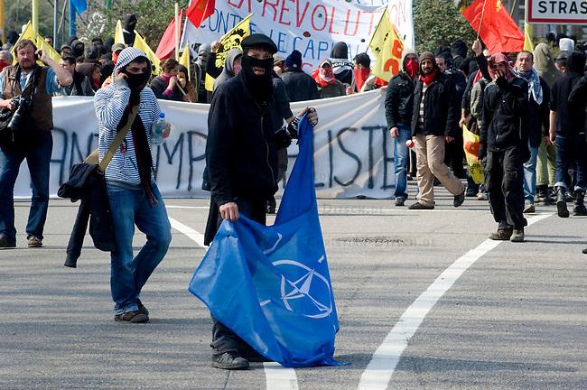 Proteste anlaesslich des 60. Geburtstag der NATO<br />Ca. 30.000 Menschen aus Deutschland und Frankreich versammelten sich am Samstag den 4. April 2009 im baden-wuertimbergischen Kehl und franzoesischen Strassbourg um dort gegen den 60. Geburtstag der NATO zu protestieren. Die Proteste wurden ueberschattet von massiven Auseinandersetzungen mit der franzoesischen Polizei.<br />Im Bild: Die franzoesische Demonstration kurz vor der Bruecke nach Deutschland. Im Zuge der Demonstration kam es zu massiven Ausschreitungen.<br />4.4.2009, Strassbourg<br />Copyright: Christian-Ditsch.de<br />[Inhaltsveraendernde Manipulation des Fotos nur nach ausdruecklicher Genehmigung des Fotografen. Vereinbarungen ueber Abtretung von Persoenlichkeitsrechten/Model Release der abgebildeten Person/Personen liegen nicht vor. NO MODEL RELEASE! Don't publish without copyright Christian Ditsch/version-foto.de, Veroeffentlichung nur mit Fotografennennung, sowie gegen Honorar, MwSt. und Beleg. Konto: Konto: I N G - D i B a, IBAN DE58500105175400192269, BIC INGDDEFFXXX, Kontakt: post@christian-ditsch.de Urhebervermerk wird gemaess Paragraph 13 UHG verlangt.]
