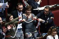 Protesta del Movimento 5 Stelle. i Deputati si incatenano durante le dichiarazioni di voto mentre i commessi cercano di toglierle<br /> Roma 24-04-2014 Camera. Voto di fiducia sul Decreto DL Lavoro.<br /> Trust vote on job laws<br /> Photo Samantha Zucchi Insidefoto