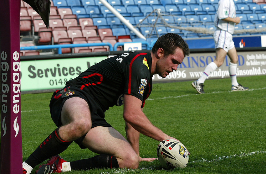 Photo: Paul Greenwood..Huddersfield Giants v Wigan Warriors. Engage Super League 2007. 15/04/2007..Wigan's Pat Richards crashes over the whitewash to score.