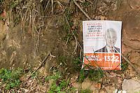 SAO PAULO, SP 12.11.2014 - PROPAGANDA ELEITRAL EM MANANCIAIS - Propagandas eleitorais são vistas ilegalmente nesta quarta-feira (12) em área de manancial de de São Paulo. Mesmo com o fim do prazo para retirada das propagandas eleitorais, que foi até o dia 4 de novembro, cartazes colaboram para a poluição vizual e acúmulo de lixo nas áreas do extremo sul da capital paulista, área de mananciais da represa do Guarapiranga.<br /> <br /> (Foto: Fabricio Bomjardim / Brazil Photo Press)