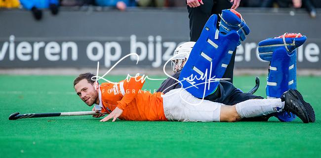 BLOEMENDAAL - Roel Bovendeert (Bldaal) stuit op keeper Mark Ingram (Rdam)  tijdens  hoofdklasse competitiewedstrijd  heren , Bloemendaal-Rotterdam (1-1) .COPYRIGHT KOEN SUYK