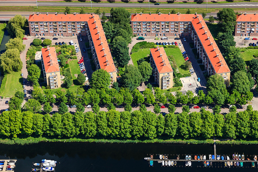 Nederland, Noord-Holland, Amsterdam, 14-06-2012; Slotervaart met Burgemeester Roellstraat. Flats gebouwd volgens ruim opgezet stratenplan. Onder in beeld Noordzijde, oever Sloterplas, met jachthaven...De wijk is onderdeel van de Westelijke Tuinsteden, gerealiseerd op basis van het Algemeen Uitbreidingsplan voor Amsterdam (AUP, 1935). Voorbeeld van het Nieuwe Bouwen, open bebouwing in stroken, langwerpige bouwblokken afgewisseld met groenstroken. .Residential district Slotervaart, one of the western garden cities of Amsterdam-west..  Constructed on the basis of the General Extension Plan for Amsterdam (AUP, 1935). Example of the New Building (het Nieuwe Bouwen), detached in strips, oblong housing blocks alternated with green areas, built in fifties and sixties of the 20th century. The recreational lake Sloterplas with marina bottom picture. luchtfoto (toeslag), aerial photo (additional fee required).foto/photo Siebe Swart