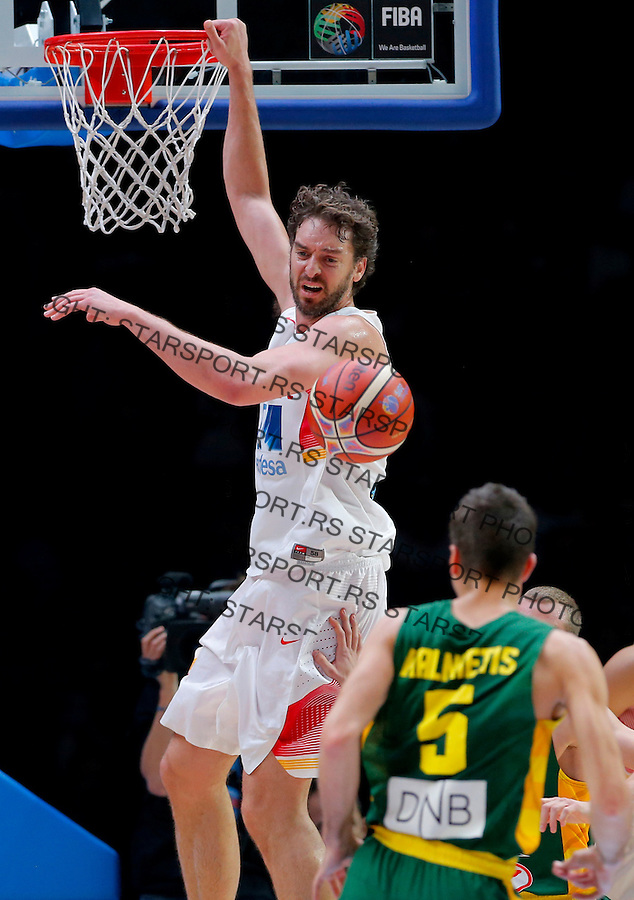 Spain's Pau Gasol (L) vies with Lithuania's  Mantas Kalnietis (R) during European championship basketball final match between Spain and Lithuania on September 20, 2015 in Lille, France  (credit image & photo: Pedja Milosavljevic / STARSPORT)