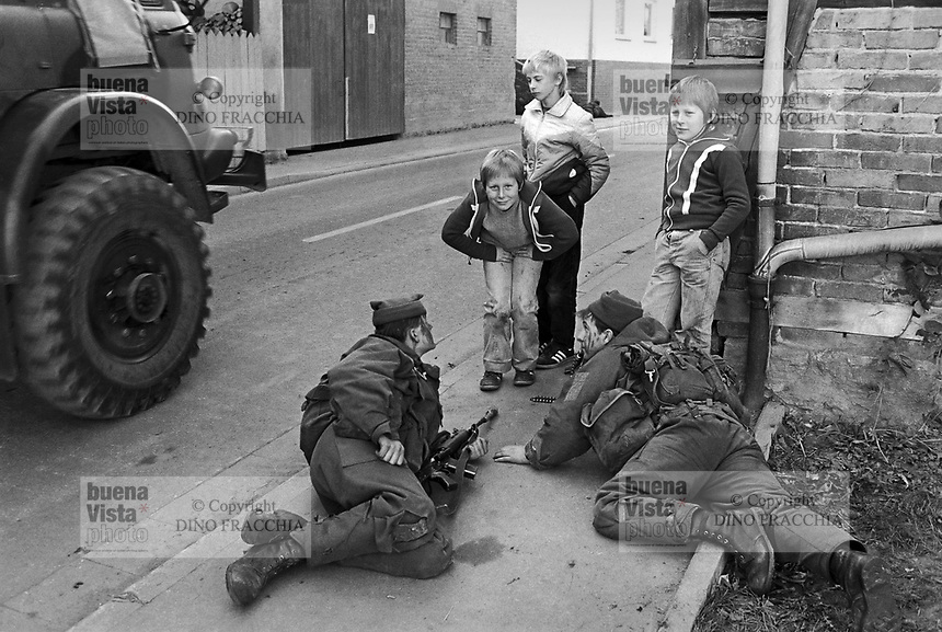 - NATO exercises in Germany, British Army soldiers in a village (September 1985)....- esercitazioni NATO in Germania, militari dell'esercito inglese in un villaggio (settembre 1985)