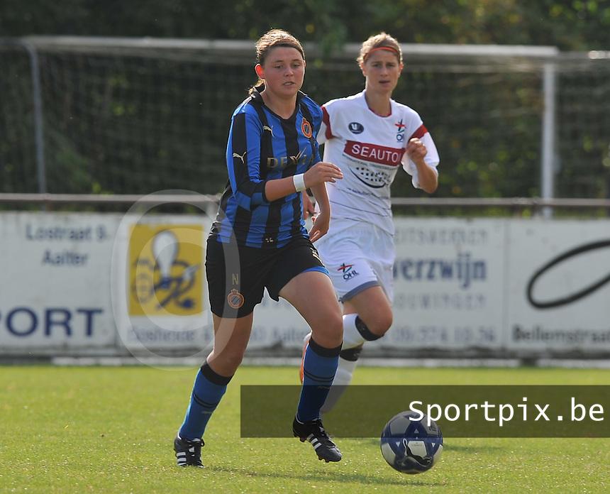 Club Brugge Dames - OHL Oud Heverlee Leuven Dames : Sofie Huyghebaert aan de bal voor Ellen Charlier.Foto David Catry / Vrouwenteam.be