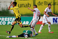 FLORIDABLANCA -COLOMBIA, 28-09-2014.  Juan Herrera Sanabria (Izq) jugador de Alianza Petrolera lamenta fallar un gol ante Alejandro Otero, arquero, y Cesar Hinestroza  de Patriotas FC durante encuentro  por la fecha 12 de la Liga Postobon II 2014 disputado en el estadio Alvaro Gómez Hurtado de la ciudad de Floridablanca./ Juan Herrera Sanabria (L) player of Alianza Petrolera laments to faila  goal in front of Alejandro Otero, goalkeeper, and Cesar Hinestroza player of Patriotas FC during match for the 12th date of the Postobon League II 2014 played at Alvaro Gomez Hurtado stadium in Floridablanca city Photo:VizzorImage / Duncan Bustamante / STR