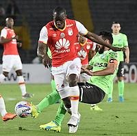 BOGOTÁ - COLOMBIA, 19-08-2017: Baldomero Perlaza (Izq.) jugador de Santa Fe disputa el balón con Andres Perez (Der.) jugador del Cali durante el encuentro entre Independiente Santa Fe y Deportivo Cali por la fecha 9 de la Liga Aguila II 2017 jugado en el estadio Nemesio Camacho El Campin de la ciudad de Bogota. / Baldomero Perlaza (L) player of Santa Fe struggles for the ball with Andres Perez (R) player of Cali during match between Independiente Santa Fe and Deportivo Cali for the date 9 of the Aguila League II 2017 played at the Nemesio Camacho El Campin Stadium in Bogota city. Photo: VizzorImage/ Gabriel Aponte / Staff