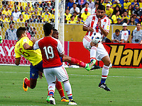 QUITO - ECUADOR - 24-03-2016: Cristian Novoa (Izq.) jugador  de Ecuador disputa el balón con Nestor Ortigoza (Der.) jugador de Paraguay, durante entre los seleccionados de Ecuador y Paraguay, partido válido por la fecha 5 de la clasificación a la Copa Mundo FIFA 2018 Rusia jugado en el estadio Olímpico Atahualpa en Quito. / Cristian Novoa (L) player of Ecuador struggles the ball with Nestor Ortigoza (R) player of Paraguay during a match between Ecuador and Paraguay valid for the date 5 of 2018 FIFA World Cup Russia Qualifier played at Olimpico Atahualpa stadium in Quito. Photo: VizzorImage / Rolando Enriquez / Agencia Cronistas Gráficos