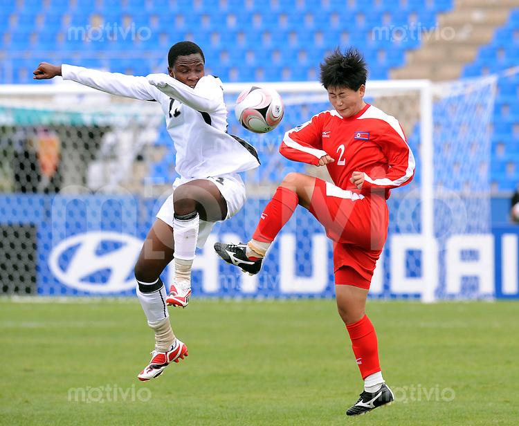Fussball Frauen FIFA U 17  Weltmeisterschaft 2008     29.10.2008 Nordkorea - Ghana Un Hui HYON (re,PRK) gegen Isha Fordjour (li,GHA)
