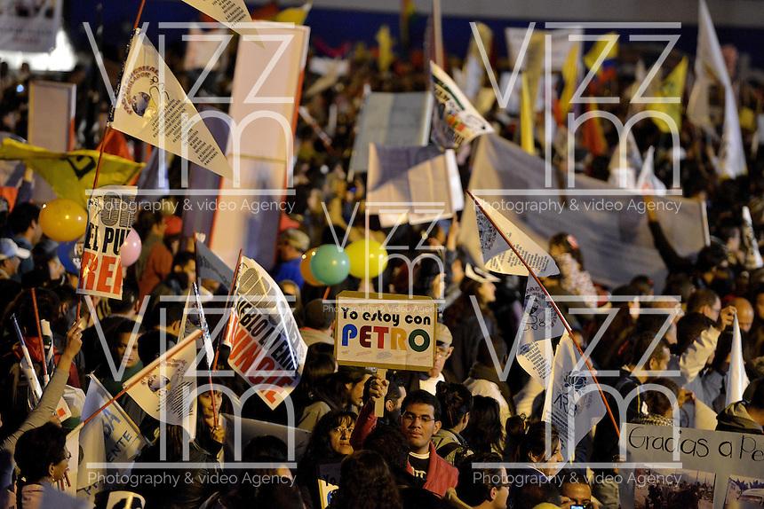BOGOTÁ -COLOMBIA. 13-12-2013. Seguidores del destituido alcalde de Bogotá, Gustavo Petro, se reunen en la Plaza de Bolívar hoy 13 de diciembre, frente al Palacio de Liévano para rechazar la decisión de la procuraduría General de la Nación que deja a la capital de Colombia sin gobernante./ Supporters of removed mayor of Bogota, Gustavo Petro, gathered at Bolivar square, today December 13, in front of Lievano Palace to protest for the decision of the General Attorney of Nation . Photo: VizzorImage/Gabriel Aponte/ Str