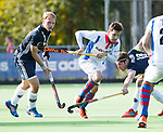 AMSTELVEEN - Inger Wiese (SCHC)  met Wouter Brasem (Pinoke) en Thijn Knetemann (Pinoke) .  Hoofdklasse competitie heren. Pinoke-SCHC (0-1) . COPYRIGHT  KOEN SUYK