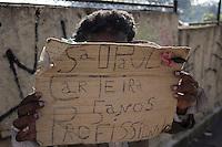 SÃO PAULO, SP, 16.06.2016 - CLIMA-SP - Idosa se protege do frio pedindo emprego na Avenida Rangel Pestana , na região central de São Paulo (SP) nesta manhã de quinta-feira (16). (Foto: Adailton Damasceno/Brazil Photo Press)