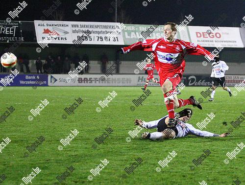2012-01-14 / Voetbal / Hoogstraten - Bocholt / De verdedigers van Bocholt doen er alles aan om Roy Van Der Linden te stoppen.
