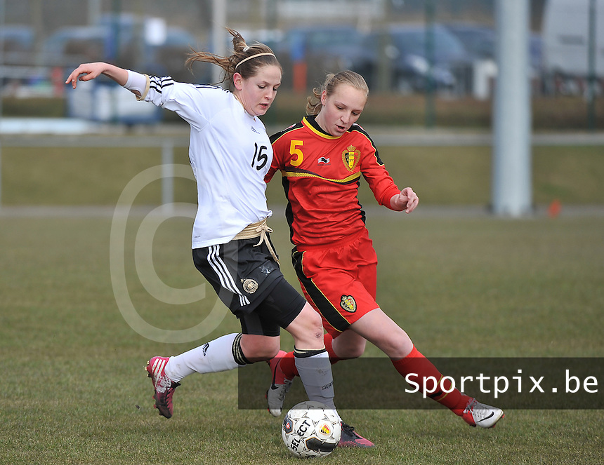 Belgie U17 - Duitsland U17 : Elisabeth Mayr (links) in duel met Inne De Smet .foto DAVID CATRY / Vrouwenteam.be