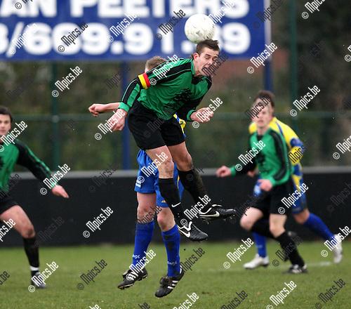 2008-03-22 / Voetbal / Wuustwezel - Branddonk / Rob Soffers van Branddonk kopt...Foto: Maarten Straetemans (SMB)