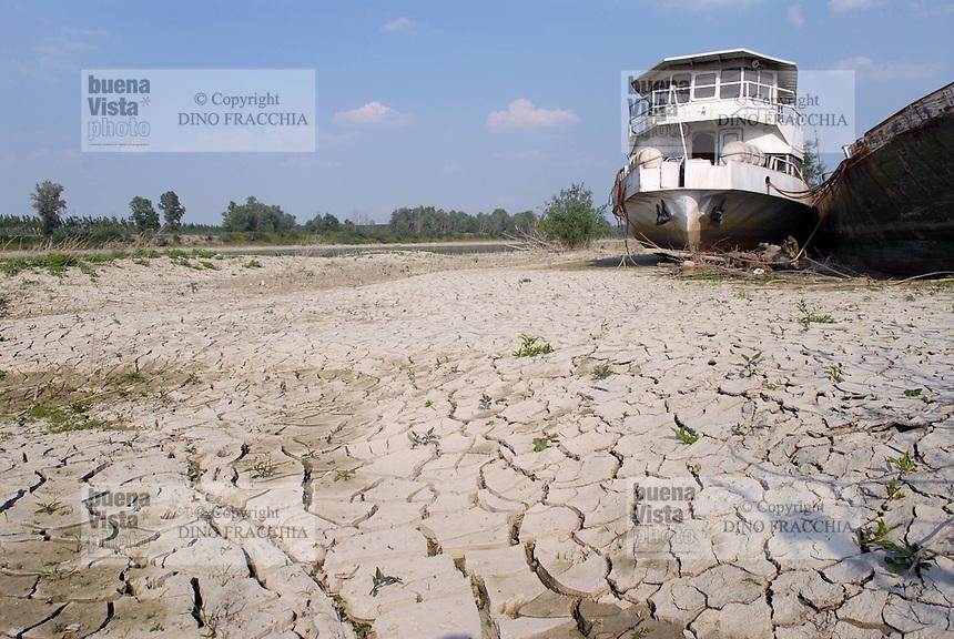 - exceptional low water of the Po river, boats run aground in Boretto (Parma)....- secca eccezionale del fiume Po, battelli arenati a Boretto (Parma)