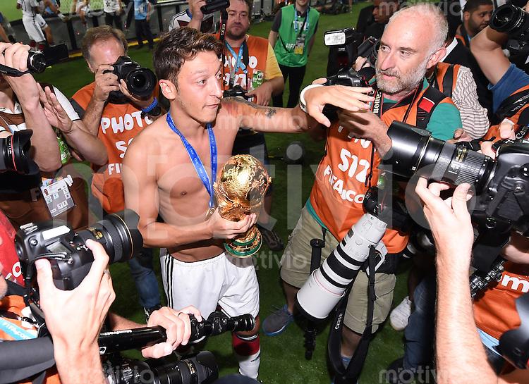 FUSSBALL WM 2014                       FINALE   Deutschland - Argentinien     13.07.2014 DEUTSCHLAND FEIERT DEN WM TITEL: Mesut Oezil jubelt mit dem WM Pokal