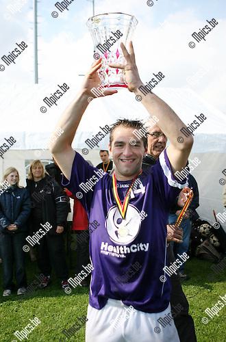 2010-05-30 / Seizoen 2009-2010 / Korfbal / Mitch Lenaerts van Riviera toont trots de beker..Foto: mpics