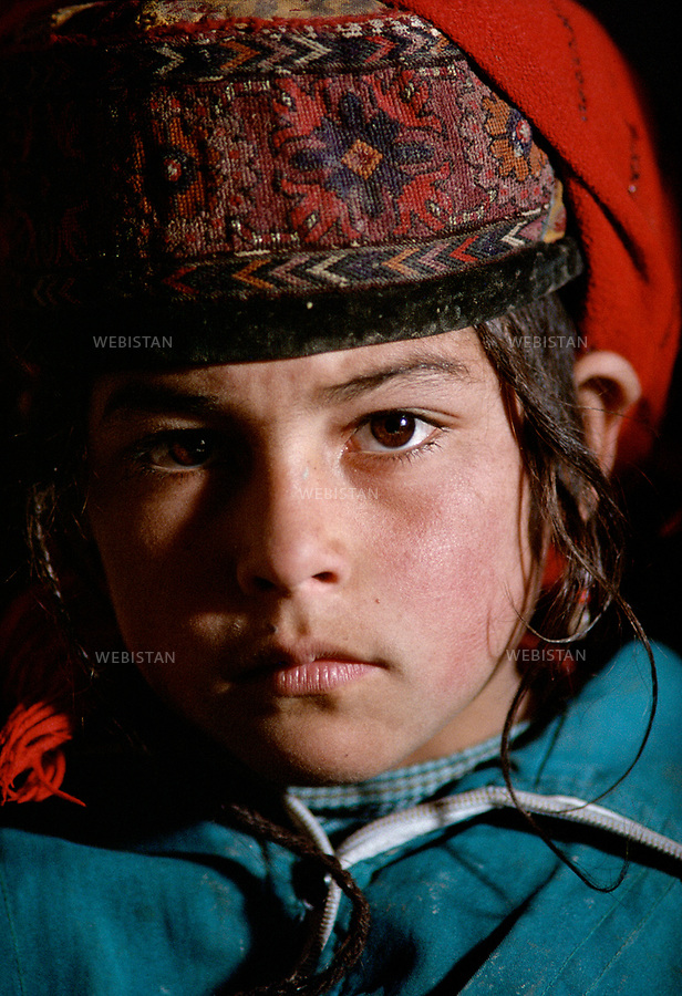 1995. Portrait d'une &eacute;coli&egrave;re tadjike &agrave; Gourtouchlough. / Portrait of a Tajik schoolgirl in Gurtuchlugh.<br /> HEMIS diffusion