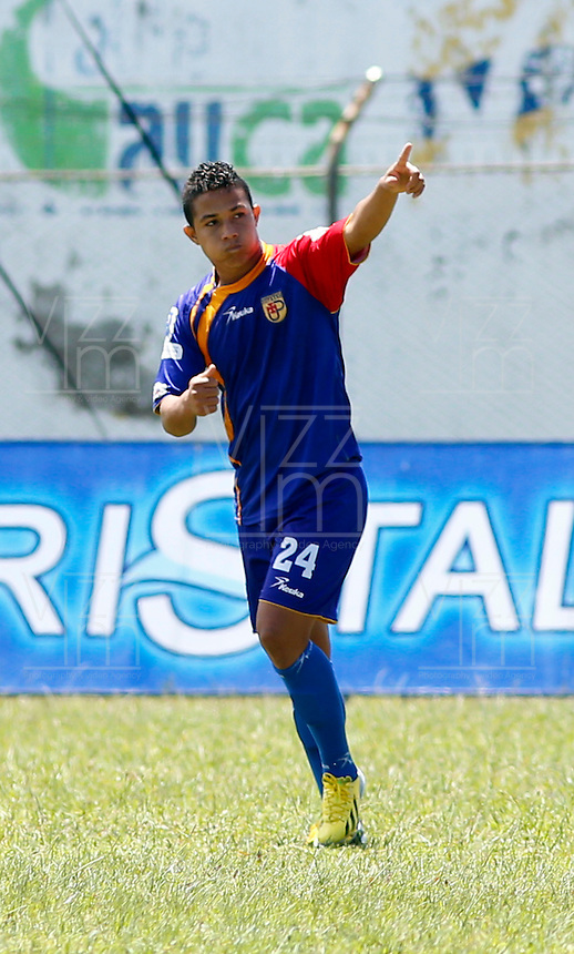 POPAYAN -COLOMBIA-19-07-2014. Feiver Mercado jugador de Universitario de Popayan celebra un gol anotado a América de Cali  durante partido por la fecha 1 del Torneo Postobón II 2014 jugado en el estadio Ciro Lopez de la ciudad de Popayan./ Feiver Mercado player of Universitario de Popayan celebrates a goal scored to America de Cali during the match for the first date of Postobon Tournament II 2014 played at Ciro Lopez stadium in Popayan city. Photo: VizzorImage/Juan C. Quintero/STR