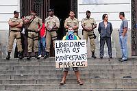 RIO DE JANEIRO,RJ,17.10.2013: PROTESTO CONTRA A PRISÃO DE MANIFESTANTES PRESOS- Manifestante faz protesto nas escadarias da Câmara Municipal, contra a prisão de manifestantes na última terça durante protesto dos professores. Os 200 manifestantes presos foram levados para cinco delegacias diferentes. SANDROVOX/BRAZILPHOTOPRESS
