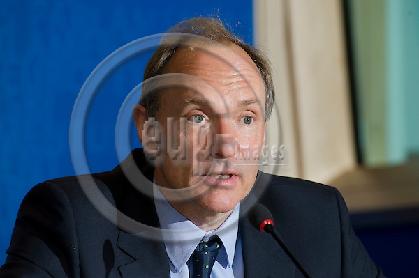 Brussels-Belgium - December 01, 2009 -- Sir Timothy John BERNERS-LEE, originator of the World Wide Web and inventor of HTML, during a press briefing in the EP -- Photo: Horst Wagner / eup-images