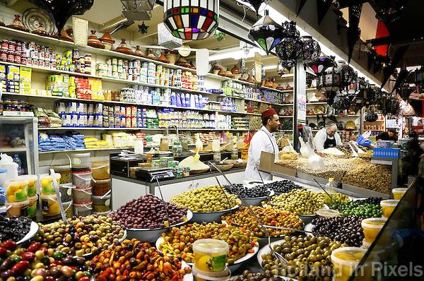 Nederland  Beverwijk  2017. De Bazaar in Beverwijk. De Bazaar in Beverwijk is al 37 jaar de plek waar uiteenlopende culturen samenkomen en is de grootste overdekte markt in Europa. De Bazaar bestaat uit verschillende marktdelen.  De Oosterse Markt. Marokkaanse etenswaren.       Foto mag niet in negatieve contex worden gebruikt.      Foto Berlinda van Dam / Hollandse Hoogte