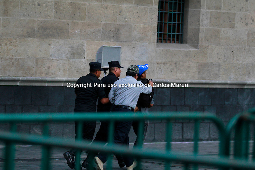 Ciudad de M&eacute;xico 26/Septiembre/2016.<br /> Se conmemoraron dos a&ntilde;os de la desaparici&oacute;n forzada de los 43 Estudiantes de Ayotzinapa, con una mega marcha que parti&oacute; del &Aacute;ngel de la Independencia al Z&oacute;calo capitalino de la CDMX. <br /> Los padres de los Normalistas de Normal Rural &ldquo;Ra&uacute;l Isidro Burgos&rdquo;, de Ayotzinapa Guerrero, que siguen desaparecidos condujeron la manifestaci&oacute;n que congreg&oacute; a miles de personas para exigir al Estado: &iexcl;Justicia! Al t&eacute;rmino de &eacute;sta, realizaron un mitin a espaldas de la SCJN, donde reiteraron que siguen en pie de lucha, hasta la encontrar a sus hijos. Asimismo, en el lugar se incendi&oacute; una pi&ntilde;ata con la imagen del presidente de la rep&uacute;blica Enrique Pe&ntilde;a Nieto.<br /> Cabe mencionar que durante la protesta, manifestantes invadieron las inmediaciones de Palacio Nacional, para dejar unos bultos en forma de cuerpos cubiertos en sabanas, a lo cual, guardias del Estado Mayor Presidencial, salieron y detuvieron a un manifestante.